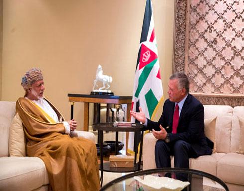 الملك يتسلم رسالة من السلطان قابوس