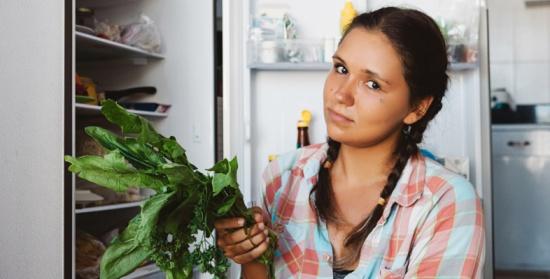 لصحة عائلتكِ.. تجنبي حفظ هذه الأطعمة في الثلاجة!