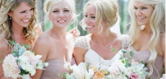 لإطلالة أنيقة ومريحة.. إليك تشكيلة رائعة من فساتين صديقات العروس