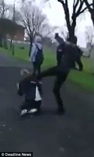 بالفيديو والصور.. لحظة اعتداء طالب على زميله في حديقة عامة