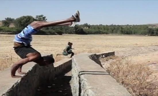 بالفيديو: يطمح لدخول غينيس بالمشي على يديه