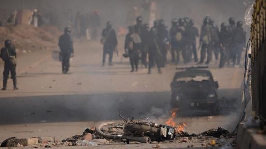 إصابة العشرات باشتباكات بين الشرطة الباكستانية وأنصار شريف