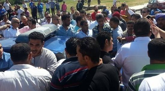 بالفيديو : شرطي مصري يقتل شاباً بسبب كوب شاي