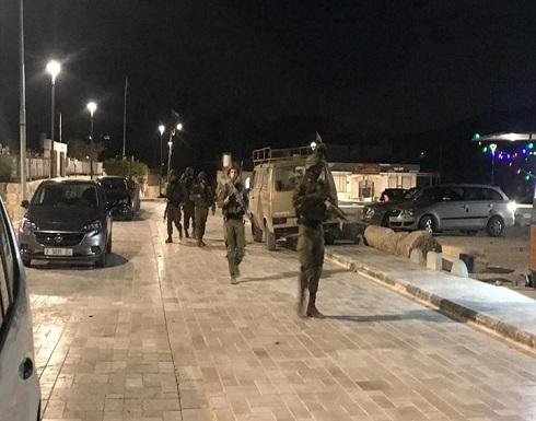 الاحتلال يعتدي على فلسطينية وابنها ويعتقله بالخليل .. بالفيديو