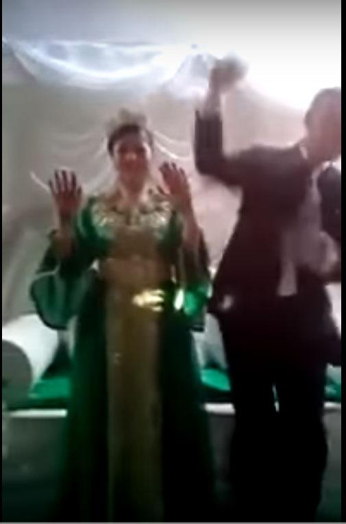 بالفيديو.. عريس يعبر عن سعادته بالزفاف بأداء حركات غريبة