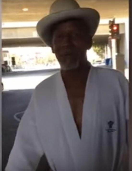 بالفيديو: مشرد يحول نفقاً إلى منزل فاخر