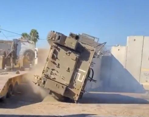 شاهد : حادث انقلاب مدرعة إسرائيلية أثناء تحميلها