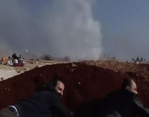 بالفيديو.. طائرات النظام تقصف مخيما للنازحين بإدلب