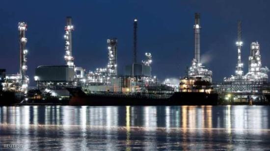 النفط يهبط مع صعود الدولار بعد بيانات أميركية