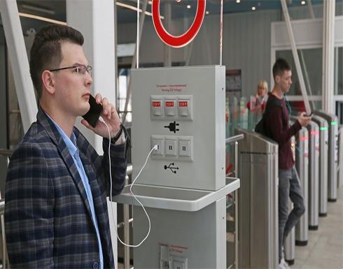 خبراء يحذرون من محطات شحن الهواتف في المطارات: البيانات في خطر