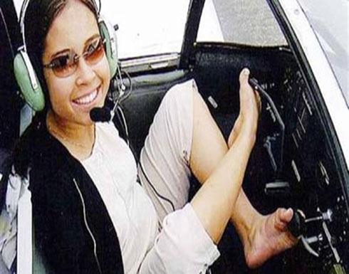 تحدت كل المصاعب.. امرأة بدون ذراعين تقود طائرة بقدميها (فيديو)