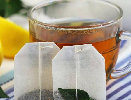 هل تتركون كيس الشاي في الكوب أثناء شربه؟ هذا خطأ والسبب مفاجئ وغير متوقع