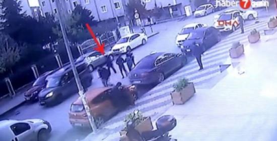 فيديو| امرأة تفقد حياتها سحقاً بشكل مروّع تحت سيارة في إسطنبول!