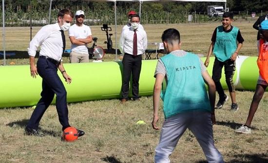 ماكرون يستعرض مهاراته في كرة القدم- (فيديو)