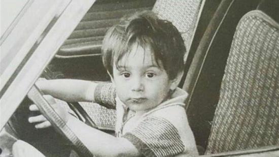 خمنوا هوية هذا الطفل الذي أصبح نجماً عربياً وسيماً!