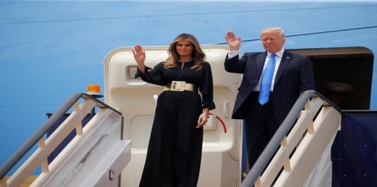 بالصور.. ميلانيا وإيفانكا ترامب بأزياء محتشمة تماشيًامع التقاليد السعودية