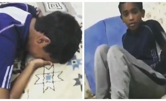 """بالفيديو : أب يضرب طفله """"علقة ساخنة"""" لسبب غريب"""
