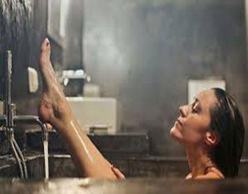 مهووس جنسيا يصور فتاة في الحمام سرا!