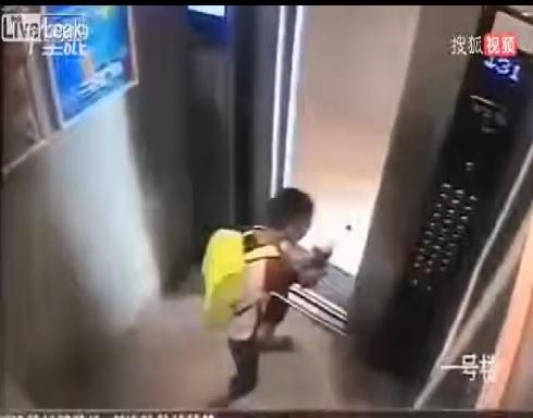 فيديو: شقاوة صبي تنتهى بكارثة داخل المصعد