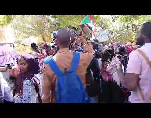 شاهد : من امام مقر تجمع المهنيين السودانيين وقفة احتجاجية