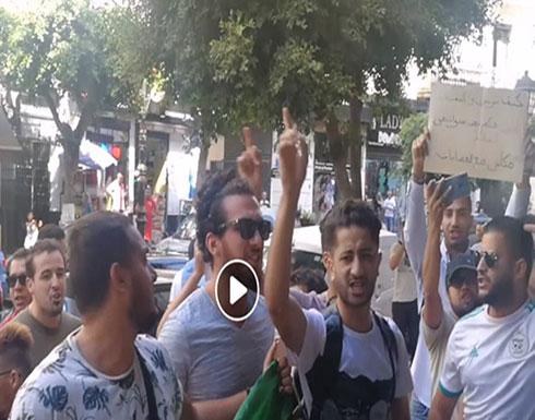 بالفيديو : الجزائر.. طلبة يقتحمون اجتماع تنصيب اللجنة الاستشارية للوساطة