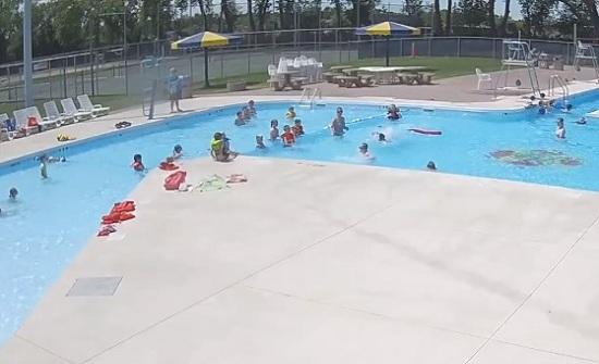 فيديو يحبس الأنفاس: طفل كاد يغرق في المسبح.. والمنقذة تتدخّل!
