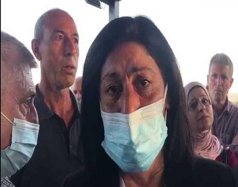 الأسيرة الفلسطينية المحررة خالدة جرار تبكي على قبر ابنتها سهى .. بالفيديو