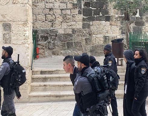 شاهد : الاحتلال يعتقل 5 فلسطينيين من المسجد الأقصى