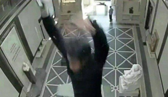 فيديو: سقوط رجل من سقف زجاجي في متحف