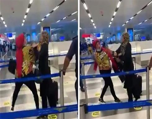 صفع وضرب.. شجار بين سيدتين في مطار بيروت .. فيديو