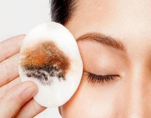 كيفية إزالة مكياج العيون الصارخ دون أذيتهما