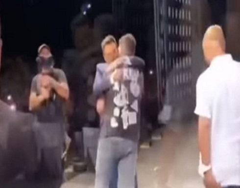 """""""فتى الزرقاء"""" أمام الملايين.. فيديو مع تامر حسني يلهب التواصل"""