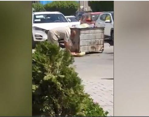 عراقي يأكل من القمامة يلهب صفحات التواصل.. وثورة ضد إيران .. بالفيديو