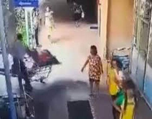 لحظة إسقاط مريضة أثناء نقلها داخل مستشفى (فيديو)