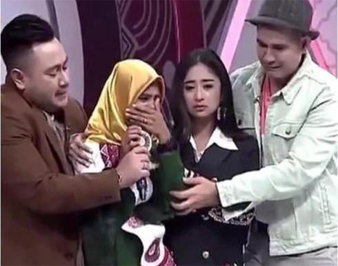 بالفيديو : مشهد مؤثر لمراهقة لم تكتمل فرحتها بالفوز في أندونيسيا