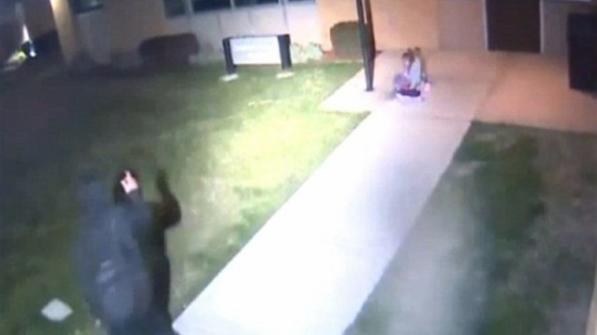 بالفيديو: أب يتخلّى عن ابنته القاصر... تركها بمفردها وغادر!