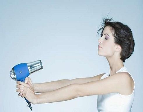 دراسة مثيرة تكشف أثر مجفف الشعر على عمرك