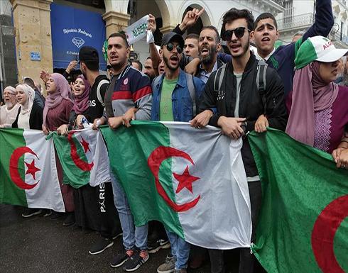 بالفيديو : الجزائر.. مظاهرات تحت المطر وسط انقسام حاد حول الانتخابات