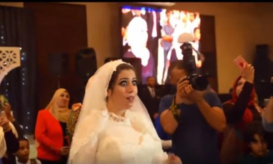 بالفيديو - عروس مصدومة بسبب ما فعلته شقيقتيها في زفافها!