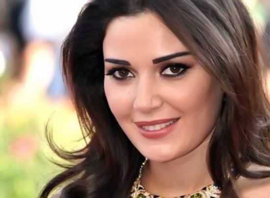 شاهدوا هذه الصورة النادرة لوالدي سيرين عبد النور.. جمال والدتها أشعل المواقع!