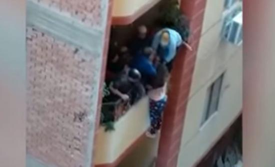 """مصر.. """"سيدة البلكونة"""" تكشف تفاصيل الواقعة وحقيقة اتهام زوجها بإلقائها (فيديو)"""