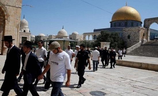 124 مستوطنا يقتحمون الأقصى ويؤدون صلواتهم بحماية الاحتلال