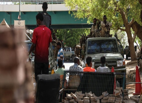 السودان.. محاولات لإزالة المتاريس وحشود تنضم لاعتصام الخرطوم