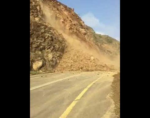 بالفيديو : لحظة انهيار صخري كبير في طريق جبل صماد بالسعودية