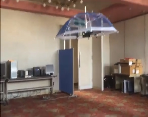 بالفيديو: للوقاية من أشعة الشمس الحارقة.. مظلة تتبعك أينما ذهبت