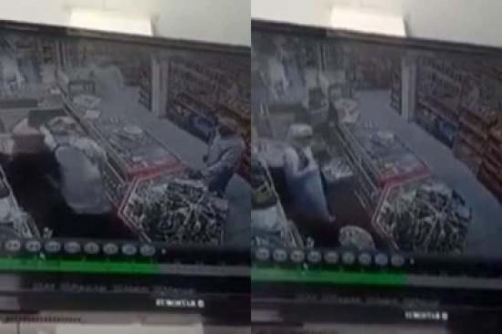 بالفيديو: مصري ينقذ سوبر ماركت من سطو مسلح في الخبر
