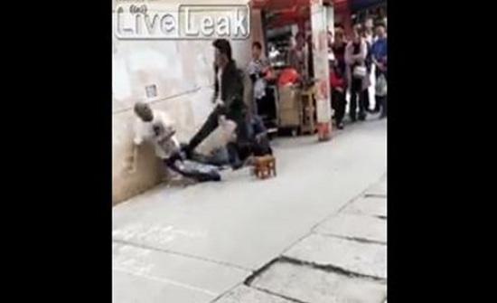 شاهد.. ماذا حدث لرجل اعتدى على مشرد بالشارع