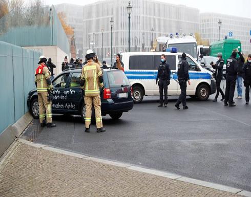 سيارة تقتحم بوابة ديوان المستشارية الألمانية في برلين .. بالفيديو