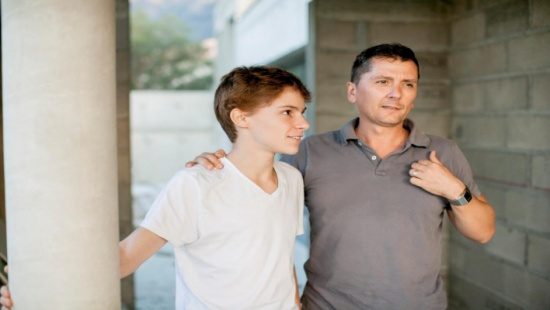كيف تتحدث مع ابنك المراهق حول شرب الكحول؟