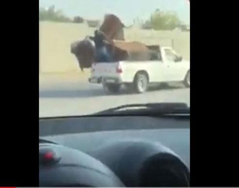 لحظة سقوط عامل من سيارة بطريقة مروعة (فيديو)